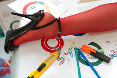 Gamba in calza rossa sulla tavola Fotografie Stock