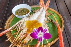 Gamba de río gigante asada a la parrilla con la salsa de mariscos picante tailandesa imagen de archivo libre de regalías
