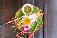Gamba de río gigante asada a la parrilla con la salsa de mariscos picante tailandesa fotos de archivo libres de regalías