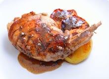 Gamba del coniglio di Sous Vide con la mela sous e arrostita sul piatto bianco immagine stock libera da diritti