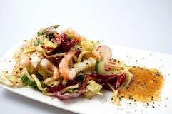 Gamba del verano y ensalada deliciosas de los tallarines Imagen de archivo libre de regalías