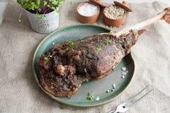Gamba dell'agnello al forno in spezie fotografia stock
