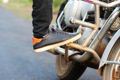 Gamba dell'uomo con la scarpa sopra la bici immagine stock