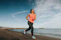 Gamba della donna che allunga alla spiaggia Immagini Stock Libere da Diritti