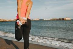 Gamba della donna che allunga alla spiaggia Fotografia Stock