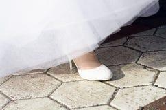 Gamba e scarpe della donna sulla strada Fotografia Stock