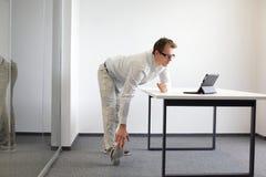 Gamba - esercizio di braccio durante il lavoro d'ufficio Fotografie Stock