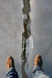 Gamba incrinata dell'uomo e del ghiaccio Immagine Stock
