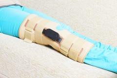 Gamba nelle gabbie del ginocchio Fotografie Stock Libere da Diritti