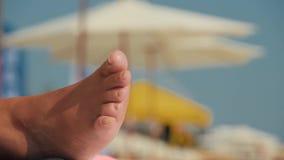 Gamba spessa con il fungo sui chiodi grandi Resto sulla spiaggia con la malattia sui chiodi video d archivio