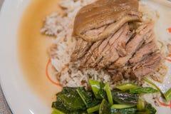Gamba stufata della carne di maiale su riso con aglio e cavolo nella vista superiore fotografia stock libera da diritti