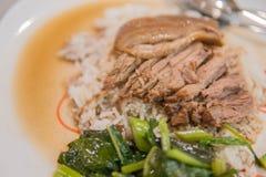 Gamba stufata della carne di maiale su riso con aglio e cavolo nella vista superiore fotografia stock