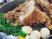 Gamba stufata della carne di maiale, uovo sodo e cavolo cinese, alimento tailandese, MOO di Khao Kha immagine stock libera da diritti