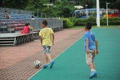 Gambades d'amour des garçons dans le shekou de Shenzhen Photos libres de droits