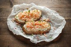Gambas, bruschetta de los mariscos del camarón con queso cremoso, perejil y chile Fotos de archivo libres de regalías