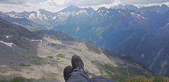 Gambe all'aperto sul fondo del paesaggio della montagna Avventura di viaggio immagini stock