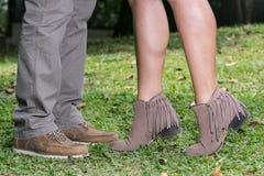 Gambe che amano le coppie uomo e scarpe della donna le belle fotografia stock libera da diritti