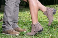 Gambe che amano le coppie uomo e scarpe della donna le belle fotografie stock