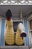 Gambe che appendono dalla finestra su Haight Street Fotografia Stock Libera da Diritti