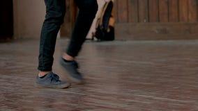 Gambe che ballano, alto vicino degli adolescenti archivi video