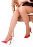 Gambe con le alte scarpe della collina, isolate Fotografie Stock