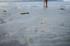 Gambe con le orme sulla sabbia Fotografia Stock Libera da Diritti