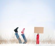 Gambe con lo stivale mancante in aria il giorno di inverno. Fotografia Stock Libera da Diritti