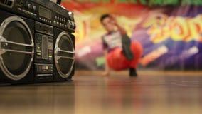 Gambe da ragazzo dinamicamente ballanti sulla pista da ballo stock footage