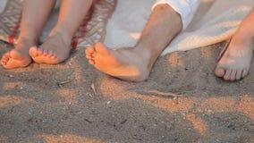 Gambe degli amanti nella sabbia sulla spiaggia stock footage