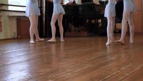 Gambe dei balerinas che fanno gli esercizi nelle paia durante la lezione di balletto video d archivio