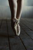 Gambe del ballerino di balletto che stanno sulle punte dei piedi nei pointes Immagini Stock Libere da Diritti