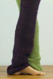 Gambe del ballerino di balletto con i piedi nudi nella quinta posizione, sectio basso immagini stock libere da diritti