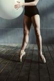 Gambe del ballerino di balletto grazioso nei pointes Fotografia Stock