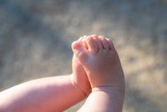 Gambe del bambino, piedi un bambino da 6 mesi, flaire della lente immagine stock libera da diritti