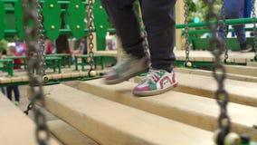 Gambe del bambino su un ponte di legno playground stock footage