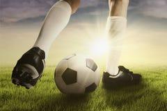 Gambe del calciatore che si esercitano con la palla Immagine Stock Libera da Diritti