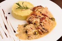 Gambe del coniglio con purea di patate e rosmarini Fotografia Stock