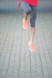 Gambe del pareggiatore di forma fisica nel salto al parco worko pareggiante di forma fisica della donna Immagini Stock Libere da Diritti