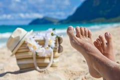 Gambe del primo piano in spiaggia di estate Fotografia Stock Libera da Diritti