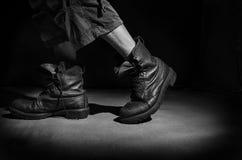 Gambe del ` s degli uomini in vecchi stivali militari Immagini Stock