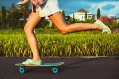 Gambe del skateboarder della ragazza Fotografie Stock Libere da Diritti
