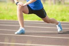 Gambe dell'atleta femminile caucasico professionista During Her Warming su Immagini Stock Libere da Diritti