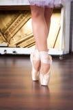 Gambe della ballerina nei pointes sul corridoio di dancing Fotografie Stock