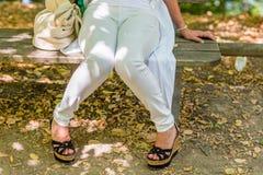 gambe della donna in alte scarpe con la zeppa Fotografia Stock Libera da Diritti