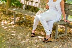 gambe della donna in alte scarpe con la zeppa Immagine Stock Libera da Diritti