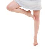 Gambe della donna che esercitano salto allungando dancing Fotografia Stock Libera da Diritti