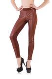 Gambe della donna che indossano le calze lunghe isolate Immagini Stock