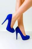 Gambe della donna che indossano le scarpe Fotografia Stock Libera da Diritti