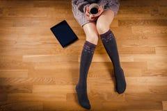 Gambe della donna con caffè Immagine Stock Libera da Diritti