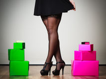 Gambe della donna con molti contenitori di regalo Fotografie Stock Libere da Diritti